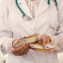 Apklausa: beveik penktadalis pacientų teigia davę kyšį medikams