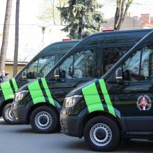 Tarnybiniams šunims pervežti pasieniečiai pirko naujus autobusiukus