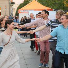"""Akcija """"Visa Lietuva šoka"""" kviečia į bendrą tradicinio šokio sūkurį"""