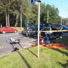 Vilniuje susidūrus penkiems automobiliams du žmonės žuvo, trys buvo prispausti