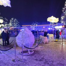 Kauniečių COVID-19 nesustabdo: prie Kalėdų eglės – būriai žmonių