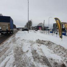 Šaligatvių neturinčiose gyvenvietėse pėstieji tampa sniego įkaitais