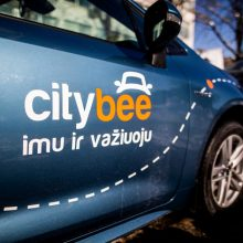 """Sostinėje rastas pavogtas ir apgadintas """"CityBee"""" automobilis"""