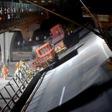 Ant automobilių Kinijoje užgriuvo viadukas: žuvo trys žmonės