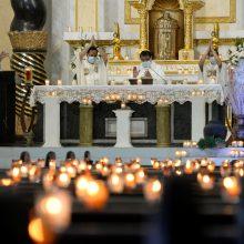 Tęsiantis suvaržymams dėl COVID-19 pandemijos, milijonai krikščionių švenčia Velykas