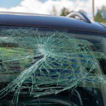 Jonavoje neblaivus vyras daužė stovėjimo aikštelėje paliktą automobilį