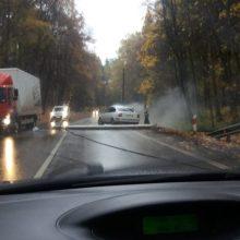 Po automobilio smūgio į stulpą Panemunėje – užtverta viena eismo juosta
