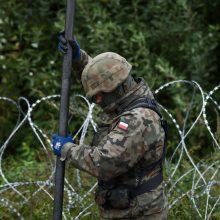 Lenkija prie sienos su Baltarusija siunčia dar 500 karių
