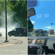 """Kaune užsiliepsnojo """"Audi"""": nelaimė įvyko važiuojant gatve"""