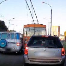 Kuriozinė situacija Kalniečiuose: autobusiukas nepasidalijo kelio su troleibusu