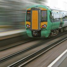Škotijoje nuo bėgių nulėkė traukinys, pirmoji ministrė praneša apie sužeistuosius