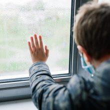Daugiau detalių: pro langą Karoliniškėse iškritęs ir žuvęs berniukas namuose buvo paliktas vienas