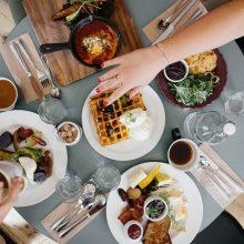 Atidarytos kavinės ir restoranai klientų antplūdžio nesulaukia