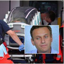 A. Navalnas parašė socialiniuose tinkluose, kad jau gali vaikščioti