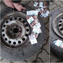 Pasieniečiai iššifravo baltarusio gudrybę: kontrabandines cigaretes slėpė padangoje