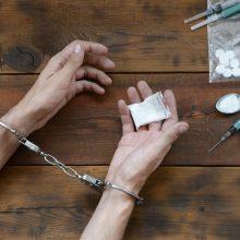 Vilniuje sulaikomas vyras išmetė maišelį su narkotikais