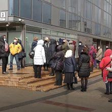 """Norimos vakcinos sulaukę Vilniaus senjorai suplūdo skiepytis: neišvengta kalbų ir apie """"AstraZeneca"""""""