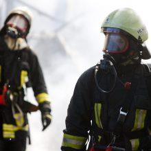 Vilniuje pranešta apie atvira liepsna degantį vieno aukšto namo stogą