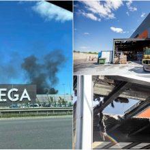 """""""Megos"""" teritorijoje ritosi juodi dūmų kamuoliai: liepsnojo prekių iškrovimo sandėlio stogas"""