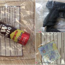 Sostinės pareigūnai sulaikė įtariamus plėšikus: įsėdę į automobilį grasino peiliu ir ginklu