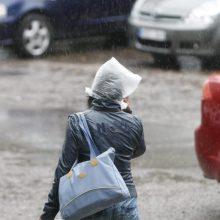 Šalies keliai – šlapi, žadamas lietus ir vėjas