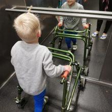 Mažo berniuko kūną kausto paralyžius: svajonę vaikščioti atiduoda į geradarių rankas