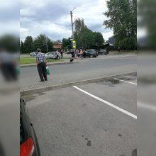 Avarija Šilainiuose: po smūgio vienas automobilis atsidūrė ant šaligatvio