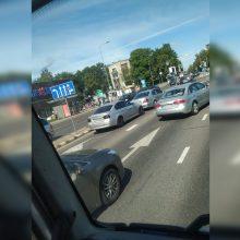 """Vilniuje susidūrė BMW ir """"Mercedes-Benz"""" automobiliai"""