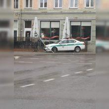 Medikų automobilį lydėję patruliai Klaipėdos centre nuvertė šviesoforą