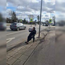 Kaune vairuotojų dėmesį patraukė kovotojas prieš trikojus: reakcijos – dvejopos