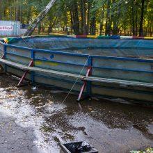 Neeilinė situacija Vytauto parke: plūstantis vanduo tvindė Parodos kalną