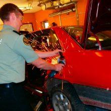 Išradingumui nėra ribų: kontrabandinius rūkalus slėpė lengvojo automobilio kėbule