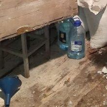 Teistumas joniškiečio nesustabdė: namuose rasta 117 litrų naminės degtinės ir įranga jai gaminti