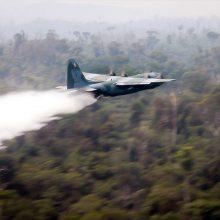 Gesinti miškų gaisrų Brazilijoje į orą pakelti lėktuvai