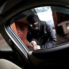 Sostinėje išdaužę durelių stiklą ilgapirščiai apvogė BMW