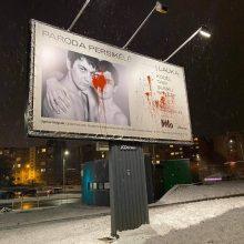 Prasiveržė netolerancija: Vilniuje sugadintas homoseksualus vaizduojantis parodos kūrinio plakatas