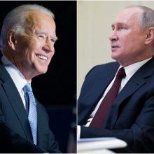 """J. Bidenas: dvišaliai JAV santykiai su Rusija yra pasiekę """"žemiausią tašką"""""""