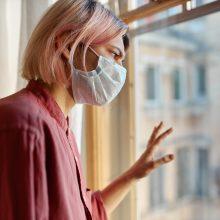 SAM: persirgę koronavirusu galės tris mėnesius nesiizoliuoti po aukštos rizikos kontakto