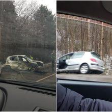 Po susidūrimo Vilniuje į šalikelę nuriedėjo automobilis: prireikė medikų
