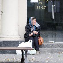 Benamė moteris dienas leidžia ant laiptelių