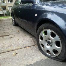 Praktika: dažniausiai pikti pėstieji subado automobilių padangas.