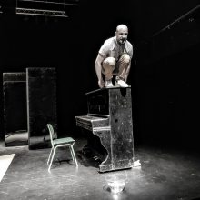 """Scena iš Pilies teatro monospektaklio """"Pono Zomerio istorija""""."""