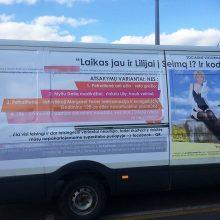 Tyrimas: politikė L.Petraitienė tikina nežinanti kas apklijavo autobusiuką įžūliais plakatais, kuriuose ji lyg ir reklamuojama, lyg ir pašiepiama.