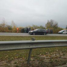 Netoli Babtų nuo kelio nuvažiavo autobusiukas