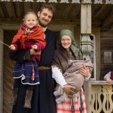 Portretas: nors su trimis mažais vaikais dabar sunku, Braziuliai visus sunkumus patiki Dievui ir laukia, kol atžalos paaugs.