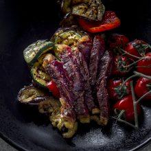 Savaitgalio pietums – jautienos antrekotas su daržovėmis ir riešutų pyragas
