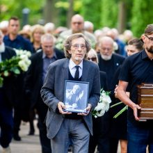 Aktorius R. Karvelis į paskutinę kelionę išlydėtas plojimais: atgulė šalia sūnaus