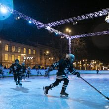 Sostinės Lukiškių aikštėje atidaryta ledo čiuožykla