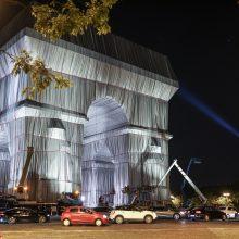 """""""Beprotiška svajonė"""": E. Macronas pristatė uždengtą Triumfo arką"""
