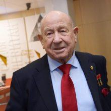 Mirė pirmasis į atvirą kosmosą išėjęs kosmonautas A. Leonovas